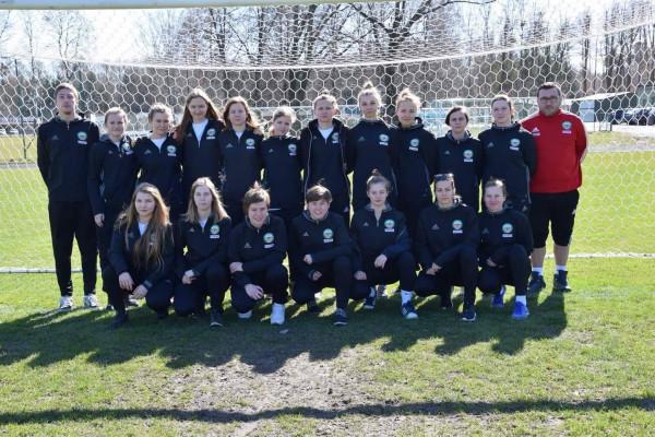 Piłkarki Akademii Piłkarskiej LG stoją przed szansą awansu do I ligi kobiet. Sukcesy seniorek mają motywować młode zawodniczki trenujące w grupach juniorskich.
