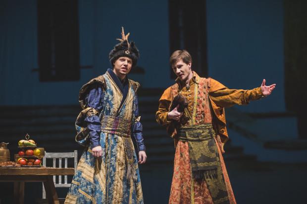 Najefektowniejszą partię całego spektaklu - gospodarza majątku, szlachcica Serwacego Ładogi - kreuje Paweł Michalczuk (po lewej). Obok niego Mateusz Trepkowski jako Bartłomiej.