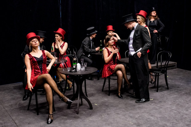 """Spektakl """"Szary Anioł. Piosenki Marleny Dietrich"""" pomyślano jako przedwojenny kabaret, w którym """"towarzystwo stolikowe"""" obserwuje występujących z kieliszkiem wina lub drinkiem w ręce."""