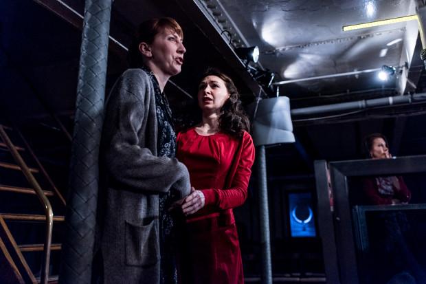 """W planie """"rodzinnym"""" dramat przeżywają rodziny umierających marynarzy, desperacko chwytające się nadziei na ich ocalenie. Na zdjęciu Olga Barbara Długońska (Irina) i Marta Kadłub (Natasza)."""