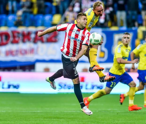 Piłkarze Arki Gdynia nie wygrali w ekstraklasie od 24 lutego. Po raz pierwszy znaleźli się w strefie spadkowej. Mogą to zmienić już w dwóch najbliższych kolejkach, w których będą gospodarzami. Na zdjęciu Adam Marciniak i Marcin Budziński.