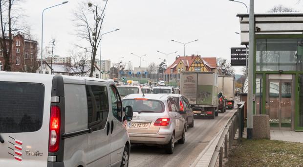 Rosnąca liczba aut i próba dopasowania do ich liczby sieci dróg nie rozwiązują problemów, a jedynie degradują przestrzeń miasta. Na zdjęciu Trasa Słowackiego, która miała odkorkować Wrzeszcz.
