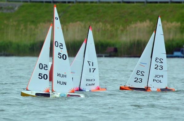 Zmagania modeli żeglarskich podczas mistrzostw świata. Jan Springer startował z nr 23.