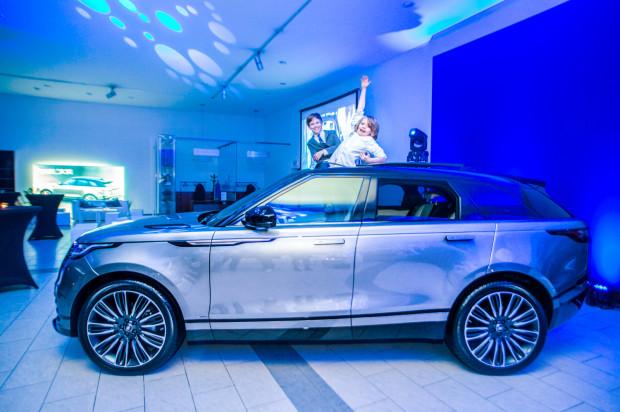 Smukła sylwetka Velara z charakterystycznym, obłym tyłem ma nawiązywać do SUV-ów coupe.