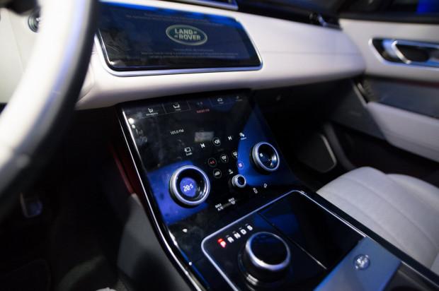 Bardzo eleganckie centrum dowodzenia Range Rovera Velara.