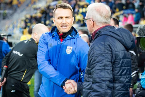 Leszkowi Ojrzyńskiemu (z lewej) gratuluje Franciszek Smuda. To nad obecną drużyną byłego selekcjonera reprezentacji Polski Arka Gdynia odniosła pierwsze zwycięstwo w ekstraklasie pod wodzą tego szkoleniowca.