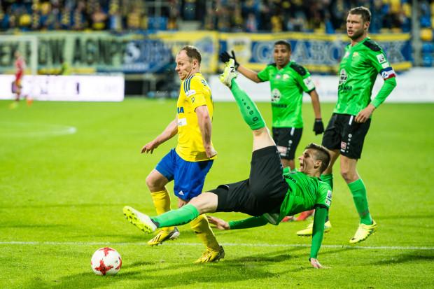 Rafał Siemaszko nie unikał ostrych starć z piłkarzami Górnika. Jedno z nich okupił kontuzją. Ale jak mówi napastnik ucierpiała ręka, a nie noga, więc zamierza grać dalej.