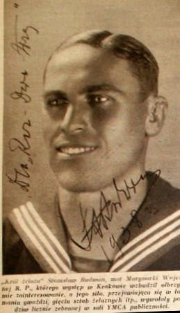 Zdjęcie Stanisława Radwana opublikowane w gazecie jako ilustracja do informacji o pokazie siły marynarza podczas wizyty w Krakowie.