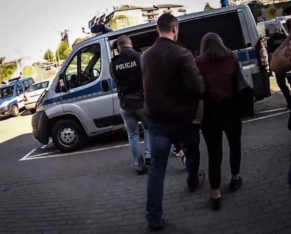 Dwie spośród widocznych na nagraniu dziewczyn trafiły w sobotę do Policyjnej Izby Dziecka. Jak tłumaczyła gdańska policja, w przypadku nastolatek zachodziła obawa mataczenia - sprawczynie próbowały przekazywać policji mylne tropy.