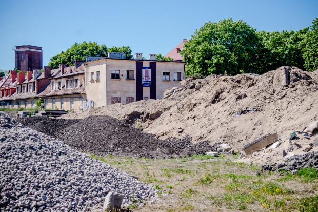 W 2015 roku klubowy teren przy Kościuszki zasypany był żwirem i piachem. Władze klubu mówiły wtedy, że nie wiedzą do końca, kto go przywozi.