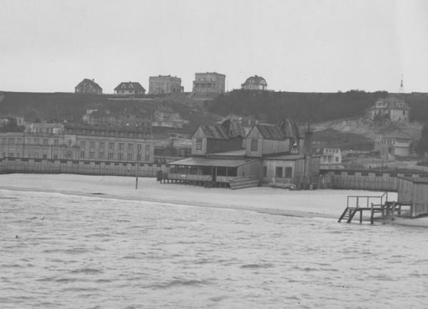 """Widok od strony morza Bałtyckiego na Kamienną Górę. Widoczny fragment plaży - dziś to plaża """"Śródmieście""""."""