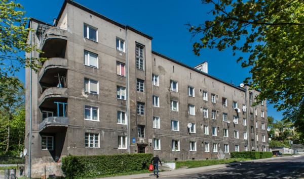 Urzędnicy zapewniają, że remont budynku przy ul. Arciszewskich na Oksywiu rozpocznie się w tym roku. Zakres prac jest uzależniony od środków finansowych.