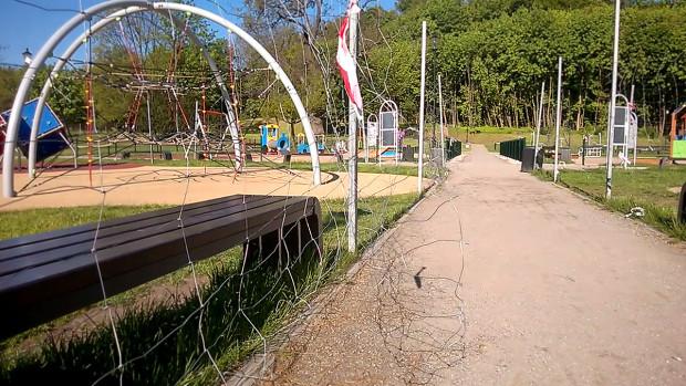 Wystające druty, poprzerywana siatka z ostrymi zakończeniami, wystające gwoździe - tak wygląda zabezpieczenie placu zabaw w parku Oruńskim w Gdańsku.