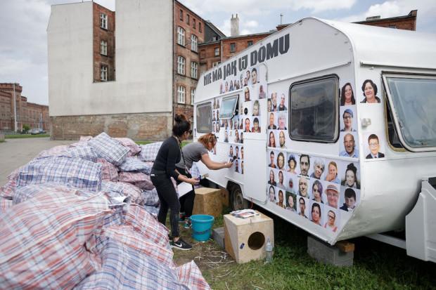 """W Gdańsku zobaczymy m.in. projekt """"Oh my Home"""", odnoszący się do pojęcia """"domu"""": zadomowienia, migracji, odrzucenia."""