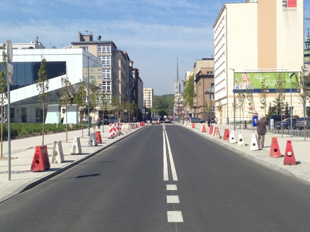 Wjazd na chodnik przy ul. Armii Krajowej ograniczają plastikowe zapory. Takie prowizoryczne rozwiązanie funkcjonuje od kilku tygodni. Znikną, gdy dotrą zamówione słupki.