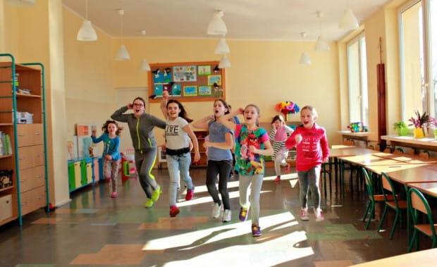 """Do spektaklu """"Była sobie szkoła"""" grupa dzieci przygotowywała się razem z osobami dorosłymi. Efektem jest spektakl międzypokoleniowy, który zobaczyć będzie można w Szkole Podstawowej nr 35 w Gdyni 27 maja."""