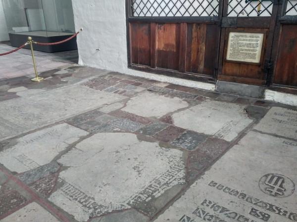 Płyta nagrobna Konrada Leczkowa w Bazylice Mariackiej. Na balustradzie widoczna tabliczka z opisem zdarzeń, które doprowadziły do śmierci burmistrza Gdańska.