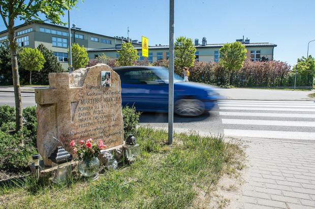 Przejście dla pieszych na ul. Wodnika, na którym doszło do wypadku. Pomnik upamiętnia śmiertelnie potrąconą w tym miejscu Martynę.
