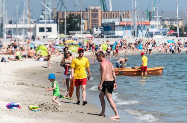 Trójmiejscy plażowicze co roku mogą liczyć na czuwających nad ich bezpieczeństwem ratowników wodnych. Z sezonu na sezon o skompletowanie kadry jest jednak coraz trudniej.