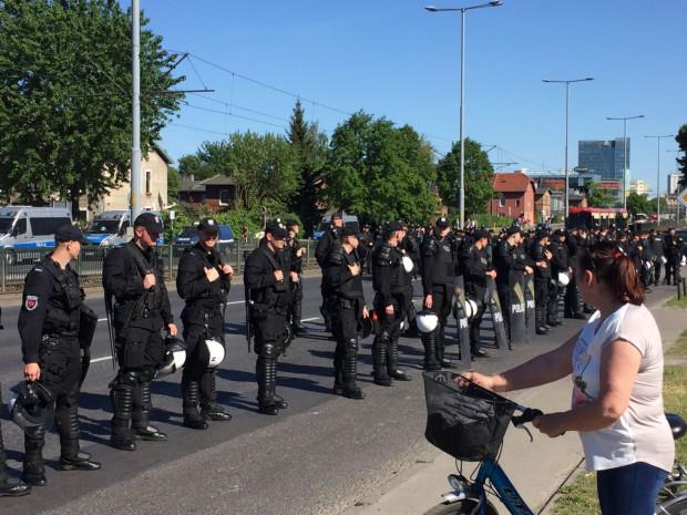 Zaangażowane zostały ogromne siły policji.
