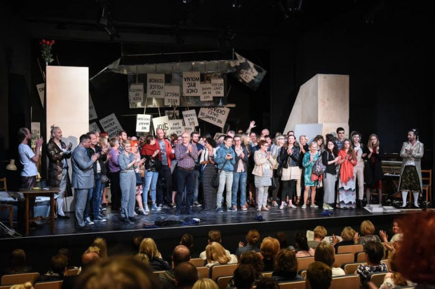 """Nagrodzony Grand Prix R@Portu spektakl """"Żony stanu, dziwki rewolucji, a może i uczone białogłowy"""" w reż. Wiktora Rubina potrafił zjednoczyć artystów i publiczność w proteście, manifeście swobód i wolności obywatelskiej."""