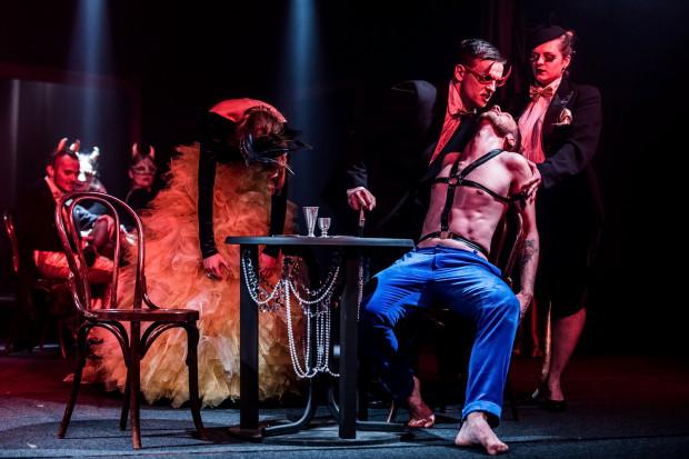 Belzebuba (Adrian Tomaszewski, w czerwonych okularach) i Istvana (siedzi na krześle) łączy pakt, za który ten drugi jest gotów oddać duszę.