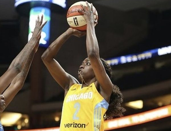 Kahleah Copper w barwach Chicago Sky.