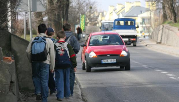 Dotarcie nawet do najbliższego przystanku w nowych dzielnicach wymaga poruszania się wąskimi chodnikami wzdłuż jezdni z dużym natężeniem ruchu.