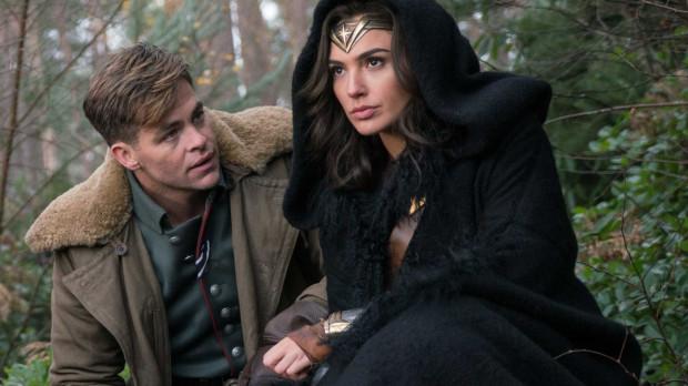 Steve (Chris Pine) i Diana (Gal Gadot) tworzą bardzo naturalny, wręcz spontaniczny duet głównych bohaterów, dzięki którym z mniejszym bólem można przyjąć przewidywalne fabularne twisty, masę ekranowego patosu i niezbyt wyrafinowane zakończenie. Para zdecydowanie ma patent na widza.