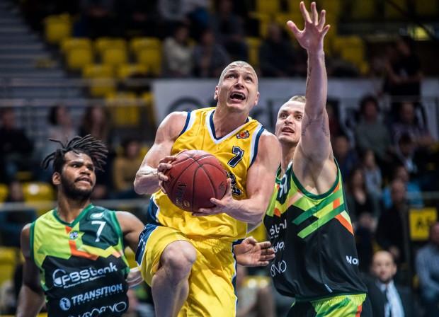 Dariusz Wyka (z prawej) w nowym sezonie założy koszulkę Asseco. Drużynie przewodzić będzie ponownie Krzysztof Szubarga (z piłką).