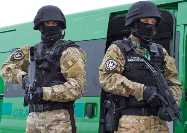 Funkcjonariusze Zespołu Interwencji Specjalnych MOSG uzbrojeni w pistolety maszynowe Glauberyt.