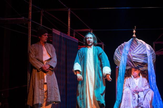 Najciekawszym momentem spektaklu jest wizyta mistrza Mansura (Jacek Majok, w środku) u Kalifa (Jacek Gierczak, po prawej) i spór sufiego z głównym doradcą władcy (Piotr Srebrowski, po lewej).