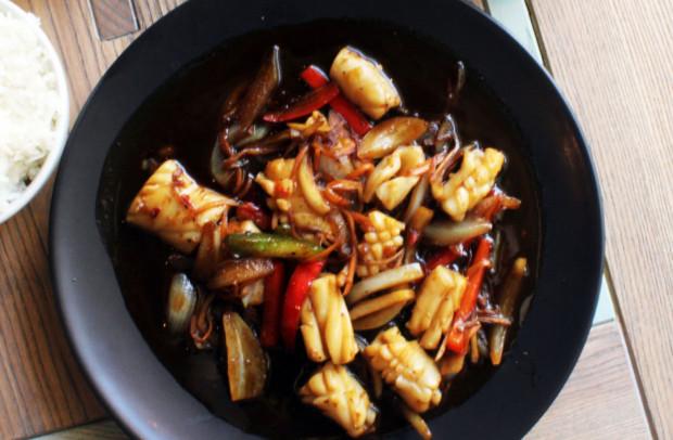 Ginger calamari spicy - smażone kalmary z imbirem, sosem ostrygowym i czarnym pieprzem, podawane z ryżem jaśminowym.