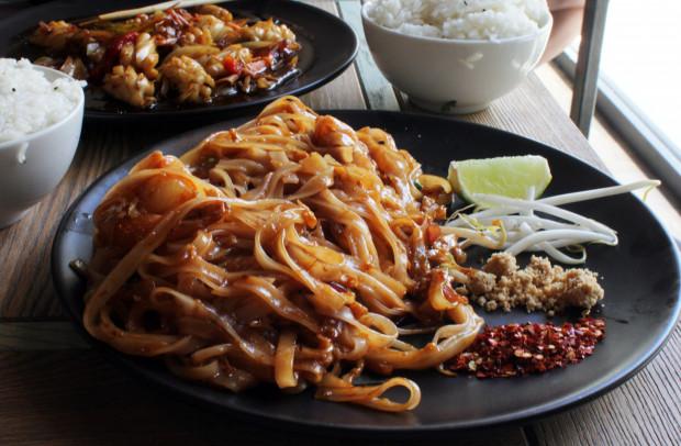 Pad thai z krewetkami - smażony makaron ryżowy z jajkiem, kiełkami lucerny i klasycznym sosem tamaryndowym.