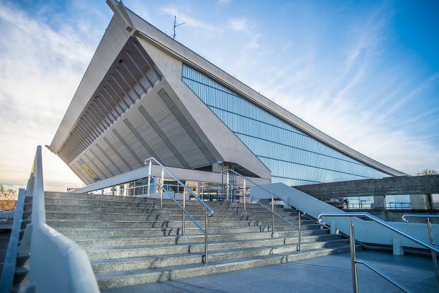 Choć Hala Olivia należy do miasta, które w ostatnich latach zainwestowało w nią ponad 20 mln zł, jest zarządzana przez klub sportowy GKS Stoczniowiec. Umowa, podpisana w 1998 r., wygaśnie dopiero w 2036 r.