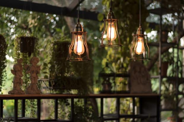 Współczesne lampy są ukierunkowane na indywidualne potrzeby klienta. Dzięki szerokiej gamie kolorów i materiałów wykończeniowych, mamy możliwość dobrania m.in. barw kabli czy wzornictwa żarówki według własnych preferencji.
