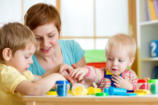 Dzieci uwielbiają zabawę ciastoliną. Rodzice mają świadomość, jaka to dla nich frajda, dlatego często z zaciśniętymi zębami sprzątają zaschnięte kawałki i kupują nowy zapas.