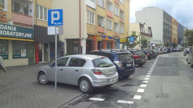 """Mimo postawienia nowych znaków, kierowcy nadal parkują """"po staremu"""". Niedługo uniemożliwi im to zieleń, która pojawi się na chodnikach."""