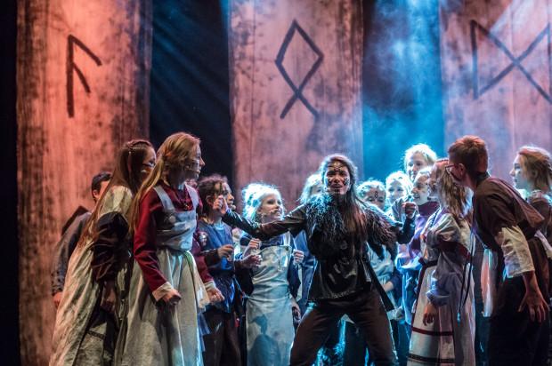 Wioską wikińską kieruje Astrid, najstarsza z dziewcząt (w tej roli Iga Szubelak).