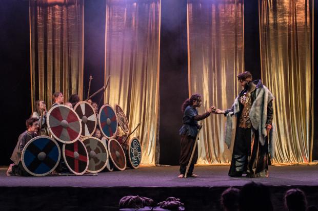 """""""Wikingowie. Musical nieletni"""" to opowieść o dzieciach pragnących odzyskać rodziców, którzy odpłynęli z wioski przed pięciu laty. Na zdjęciu Skrymir częstuje """"złotym jabłkiem"""" Jona (Piotr Zamudio-Zeidler)."""