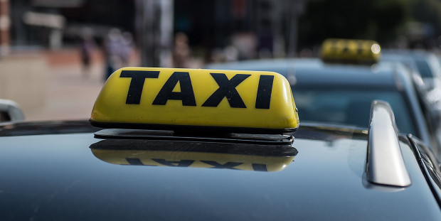 Gdy kobiety zaczęły krzyczeć, mężczyzna wyrzucił je z taksówki i odjechał.