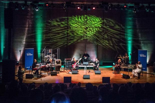 Podczas tegorocznej edycji Okna na Świat będzie można zobaczyć m.in. Orkiestrę Naxos, czyli projekt skupiający artystów z Polski, Grecji, Syrii, Izraela i Jemenu, którzy na stałe osiedli w Polsce. Pod kierownictwem Milo Kurtisa i Konstantego Joriadisa łączą muzykę swoich ojczyzn w jedną całość.