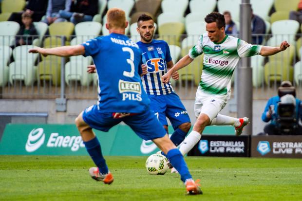 Maciej Makuszewski (w środku) może być alternatywą na pierwsze kolejki nowego sezonu dla Lechii Gdańsk wobec zawieszenia Sławomira Peszki.