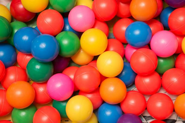 Basen z piłkami potrafi dostarczyć sporo frajdy. Problem zaczyna się wtedy, kiedy piłeczki zostają rozrzucone po całym domu i trzeba je pozbierać.