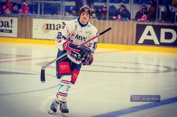 Wojciech Stachowiak rozpoczynał przygodę z hokejem w gdańskim Stoczniowcu. Obecnie lewoskrzydłowy występuje w Niemczech, gdzie zwrócili na niego uwagę przedstawiciele ligi NHL.