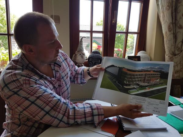 Bartosz Białaszczyk, prezes SKT, demonstruje projekt hotelu, który miał powstać przy kortach. Jak twierdzi, inwestycja była od początku do końca konsultowana z miastem.