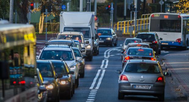 Na Jaskółczej przybywa aut, więc pytania o alternatywny wyjazd z Pustek Cisowskich będą pojawiały się coraz częściej.