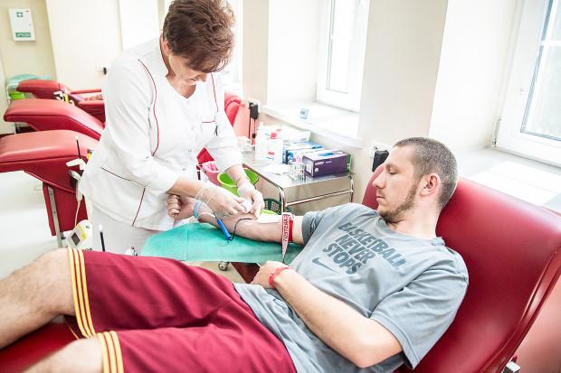Choć medycyna czyni ogromne postępy, nadal nie udało się sztucznie wytworzyć preparatu, który mógłby w pełni zastąpić krew. Współczesna opieka medyczna nie jest więc w stanie obejść się bez ważnych partnerów - krwiodawców, którzy stanowią jedyne źródło zaopatrzenia.