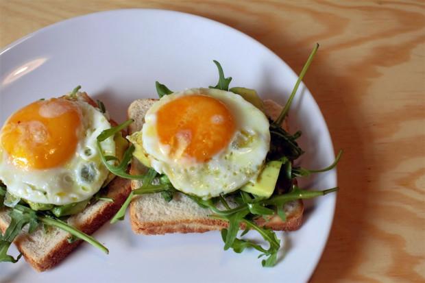 Tosty z awokado i sadzonym jajkiem.