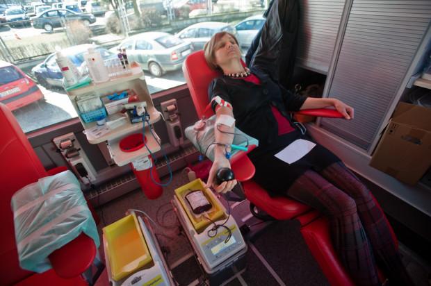 Żeby oddać krew trzeba się zgłosić do regionalnego centrum krwiodawstwa, do któregoś z oddziałów terenowych, bądź ambulansu, a więc mobilnego punktu poboru krwi.